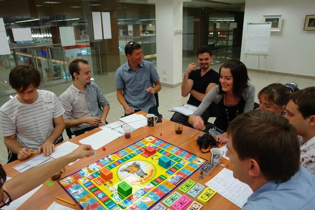 Люди играют в Крысиные бега 1 в Cashflow клубе Киева, учатся создавать свой денежный поток и управлять финансами