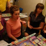 Игра Денежный поток 101 и 202, люди играют в российский аналог игры Cashflow Роберта Кийосаки